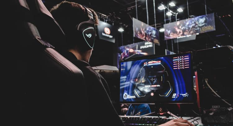 Why Do Pro Gamers Use two Headphones? (Explained)